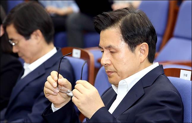 황교안 자유한국당 대표가 19일 오후 국회에서 열린 의원총회에서 안경을 만지고 있다. ⓒ데일리안 박항구 기자