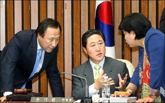 유기준 자유한국당 의원이 지난 2013년 9월 국회 사법제도개혁특별위원장을 맡았던 당시, 홍일표 한국당 간사, 서영교 민주당 간사와 의사진행에 관해 의견을 나누고 있다. ⓒ데일리안 박항구 기자