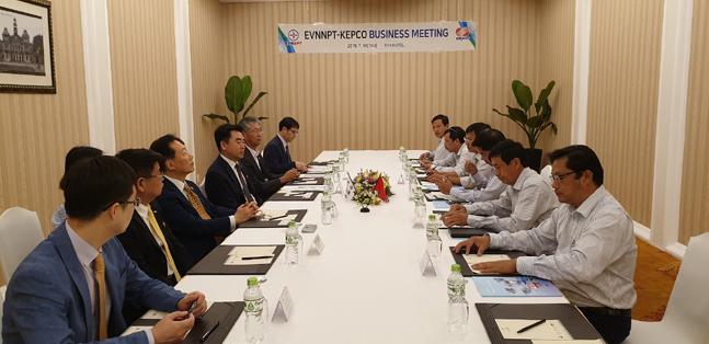 한국전력과 베트남 전력회사 경영진들이 18일 베트남 호치민에서 간담회를 진행하고 있다. ⓒ한국전력