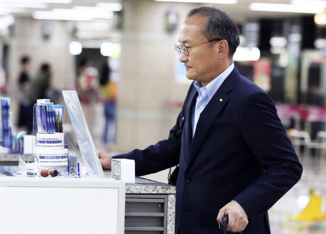이석희 SK하이닉스 사장이 21일 오후 김포국제공항을 통해 일본으로 출국하고 있다.ⓒSK하이닉스