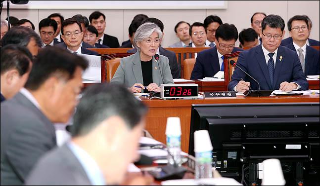ⓒ강경화 외교부 장관이 25일 국회에서 열린 국회 외교통일위원회 전체회의에서 의원들의 질의에 답변하고 있다. ⓒ데일리안 박항구 기자