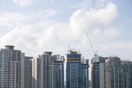 여름철 비수기에도 최근 서울과 부산, 대·대·광 등 청약열기가 뜨거운 곳의 정비사업이 활발히 움직이고 있다. 사진은 부산의 한 아파트 단지 모습.(자료사진)ⓒ게티이미뱅크