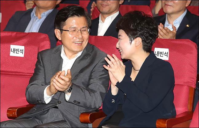 황교안 자유한국당 대표가 22일 오후 의원회관에서 열린 이언주 무소속 의원의