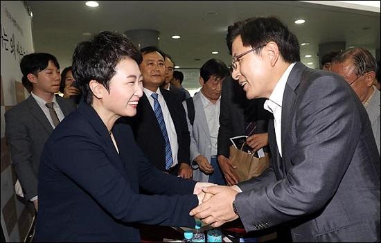 황교안 자유한국당 대표가 22일 오후 의원회관에서 열린 무소속 이언주 의원의