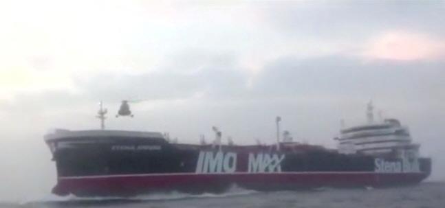 지난 19일(현지시간) 호르무즈 해협에서 항해 중인 영국 유조선 '스테나 임페로' 호 상공에서 이란 혁명수비대의 헬리콥터 한 대가 날고 있다. 이란 혁명수비대는 이날 소형 무장 쾌속정(모터보트) 여러 대와 헬리콥터 1대를 동원해 스테나 임페로 호를 나포했다.ⓒ연합뉴스