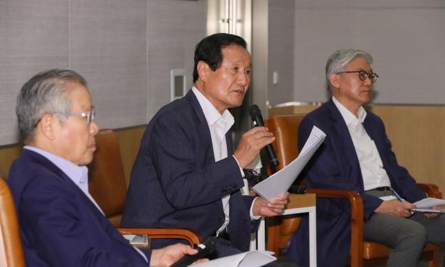 윤증현 전 기획재정부 장관(가운데)이 23일 서울 여의도 전경련회관에서 개최된