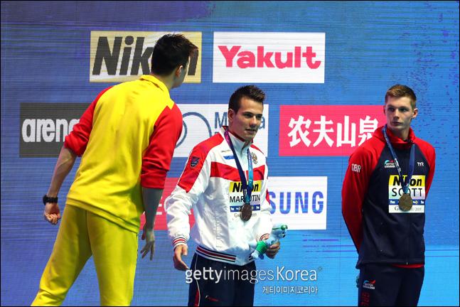 남자 자유형 200m 메달 세리머니에 참가한 쑨양이 스캇에게 언성을 높이고 있다. ⓒ 게티이미지
