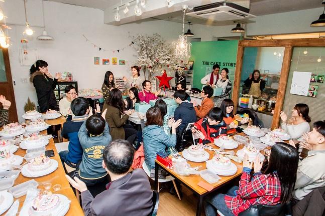 한국거래소 임직원들이 결연아동과 함께 케익 만들기 체험활동을 하고 있다.ⓒ거래소