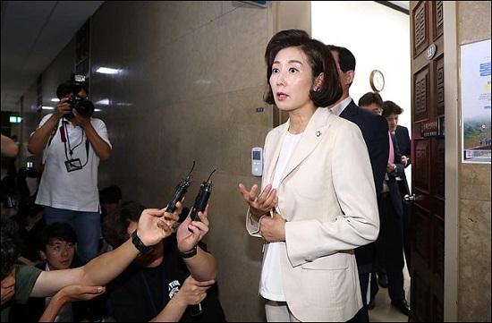나경원 자유한국당 원내대표가 기자들의 질문에 답변하고 있다(자료사진). ⓒ데일리안 박항구 기자