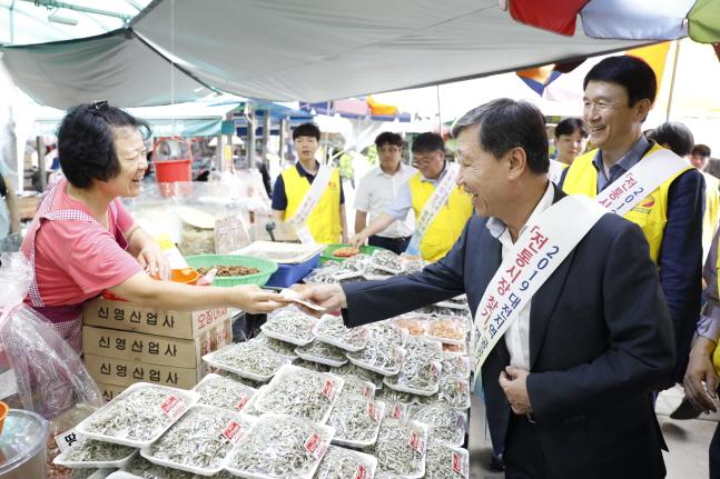 정상봉 한전원자력연료 사장이 8일 대전중앙시장에서 직접 장을 보며 전통시장 이용 캠페인을 펼치고 있다.ⓒ한전원자력연료