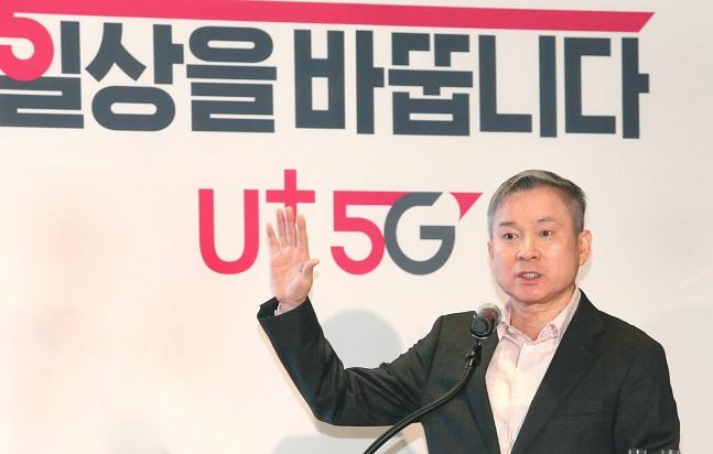 하현회 LG유플러스 부회장이 17일 오전 서울 용산사옥에서 열린 2분기 사내 성과 공유회에서 미디어 플랫폼 사업을 강화하고 5세대 이동통신(5G)에서 1등하겠다는 의지를 밝히고 있다.ⓒLG유플러스