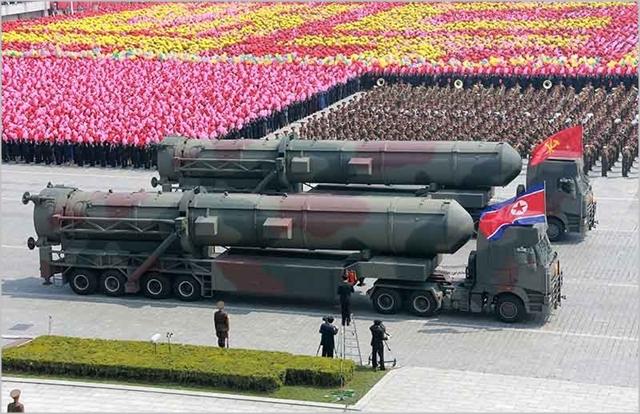 북한이 2017년 태양절 기념 열병식을 진행하면서 대륙간탄도미사일을 공개하고 있다. ⓒ조선중앙통신