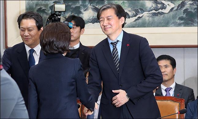 나경원 자유한국당 원내대표가 지난해 12월 31일 국회에서 열린 운영위 전체회의를 앞두고 조국 법무장관 후보자(당시 청와대 민정수석)와 악수를 하고 있다. ⓒ데일리안 박항구 기자