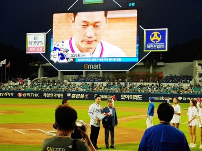 오승환은 10일 KIA와의 홈경기에서 5회 종료 후 클리닝타임이 되자 그라운드에 등장했다. ⓒ 연합뉴스