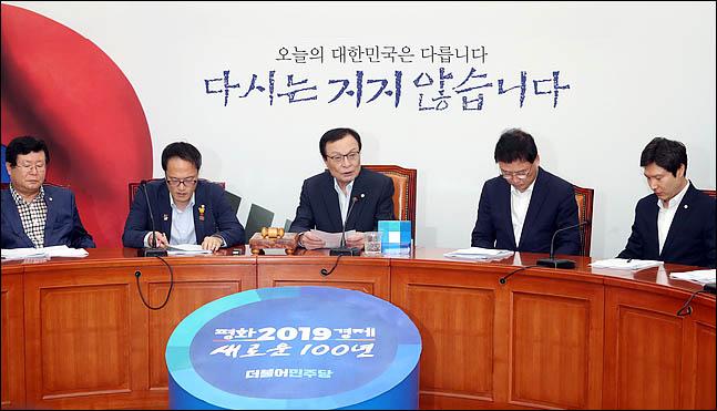 이해찬 더불어민주당 대표가 5일 오전 국회에서 열린 최고위원회의를 주재하고 있다. ⓒ데일리안 박항구 기자