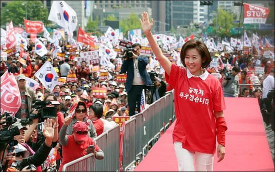 나경원 자유한국당 원내대표가 한국당 장외집회에서 당원들의 환호성을 받으며 연단 위로 등단하고 있다(자료사진). ⓒ데일리안 박항구 기자