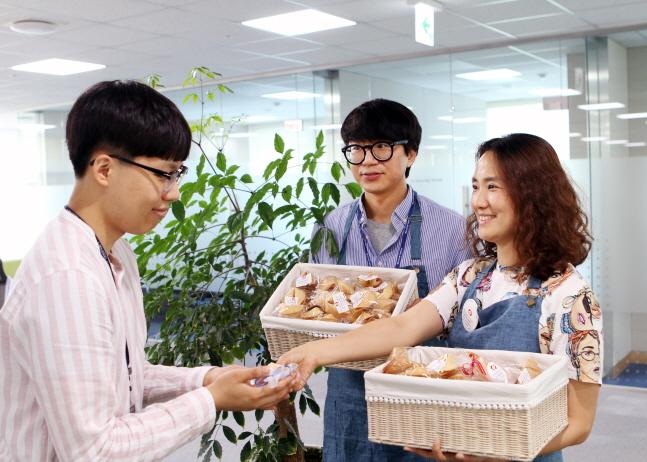 한국동서발전 청렴 담당자들이 청렴 문구가 든 '하루하루청렴쿠키'를 직원에게 나눠주고 있다.ⓒ한국동서발전