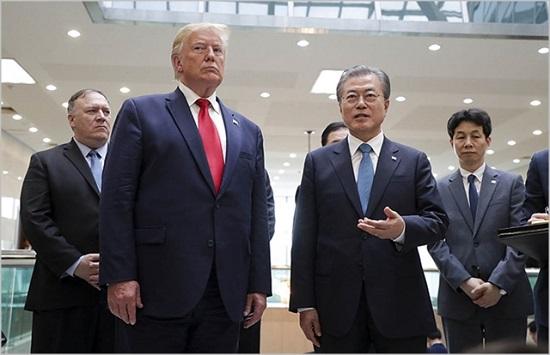 문재인 대통령과 도널드 트럼프 미국 대통령이 지난달 30일 경기도 파주 판문점에서 회동하고 있다. ⓒ청와대