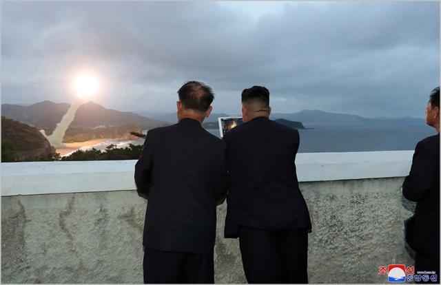 김정은 북한 국무위원장이 지난 10일 신형 발사체 시험사격에 참관하고있다. ⓒ노동신문