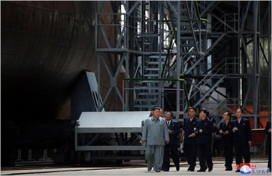 김정은 북한 국무위원장이 SLBM 탑재가 가능한것으로 추정되는 신형 잠수함을 시찰하고 있다. ⓒ조선중앙통신