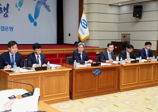 이동빈(왼쪽에서 세 번째) Sh수협은행장이 경영전략회의에서 강평을 통해 급변하는 금융환경 변화에 능동적으로 대응해 달라고 강조하고 있다.ⓒSh수협은행