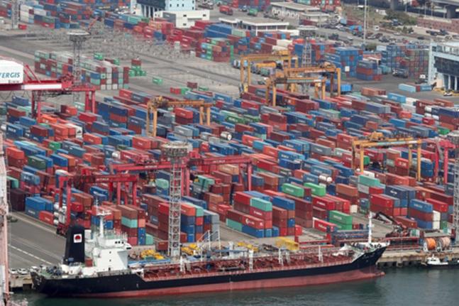 유가 상승 영향에 수입물가가 오름세로 돌아선 것으로 나타났다. 반면 수출물가는 두 달째 내림세를 보였다.ⓒ연합뉴스