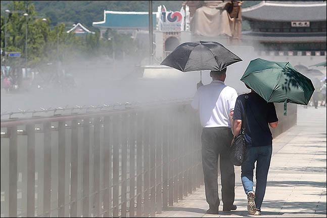 서울 종로구 광화문 광장 쿨스팟에 시민들이 더위를 식히며 지나가고 있다. ⓒ데일리안 류영주 기자