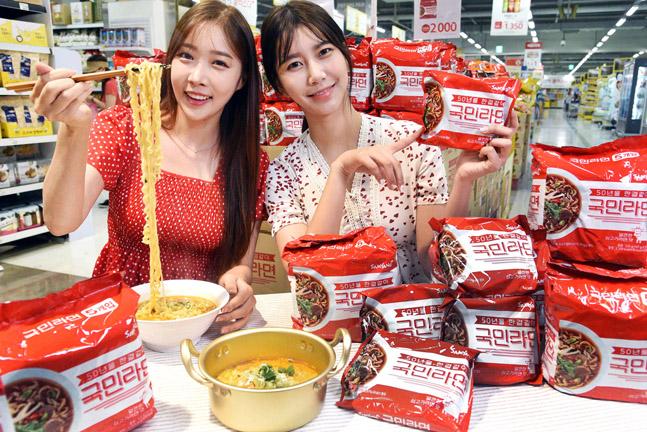 홈플러스는 삼양식품과 함께 기획한 '삼양 국민라면'이 6월 13일 출시 이후 2개월 만에 판매량 130만 봉을 돌파하며 큰 인기를 끌고 있다고 14일 밝혔다.ⓒ홈플러스