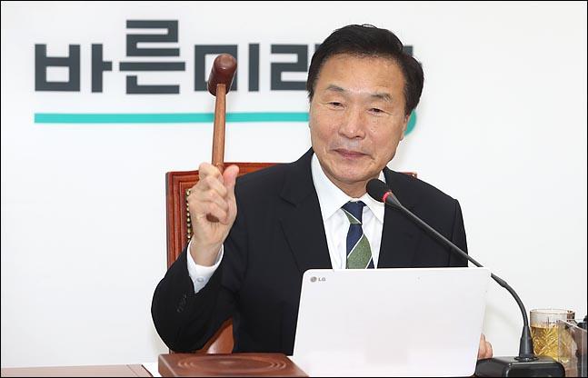 손학규 바른미래당 대표가 14일 오전 국회에서 열린 최고위원회의에서 의사봉을 두드리고 있다. ⓒ 데일리안 박항구 기자