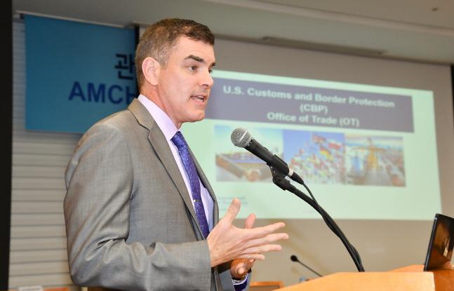 관세국경보호청(CBP) 무역실의 존 레너드 무역정책프로그램 국장이 발표하고 있다.ⓒ무역협회