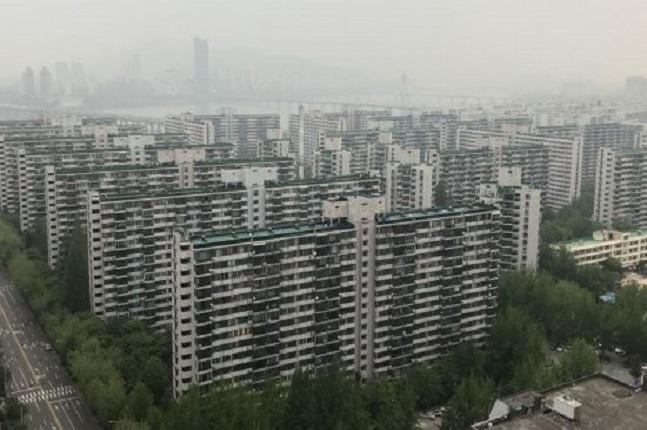 지난해부터 입주한 아파트의 3.3㎡당 매매가격 상위 10곳은 강남3구가 싹쓸이 했으며, 분양가 대비 57% 이상의 웃돈(프리미엄)이 붙었다. 서울의 한 재건축 단지 전경.ⓒ연합뉴스