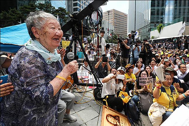세계 일본군 위안부 기림일이자 74주년 광복절을 하루 앞둔 14일 오후 서울 종로구 옛 주한일본대사관 앞에서 열린 제1400차 수요 집회 및 제7차 세계 일본군위안부 기림일 세계 연대집회에 길원옥 할머니가 참석자들에게 인사말을 하고 있다. ⓒ데일리안 류영주 기자