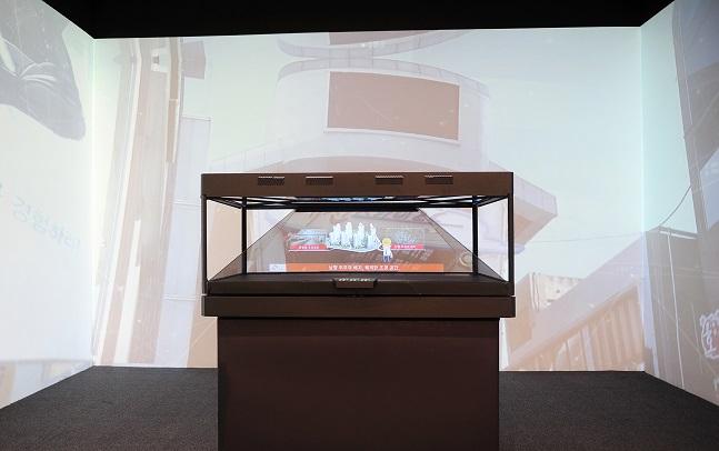 신흥 SK뷰 견본주택의 홀로그램존과 주변 벽을 스크린으로 활용한 미디어파사드(Media Facade) 모습. ⓒSK건설