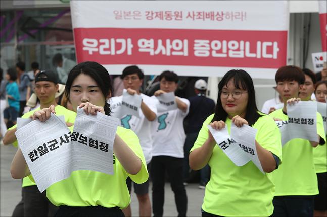 제74주년 광복절이 하루 앞으로 다가온 14일 서울 서대문구 신촌 유플렉스 앞에서 국제평화행진 대학생 홍보단이 '우리가 역사의 증인입니다' 퍼포먼스를 선보이고 있다. ⓒ데일리안 홍금표 기자