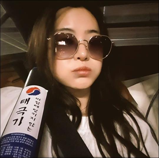 방송인 서유리가 혼인신고 인증샷을 공개했다. 서유리 SNS 캡처.