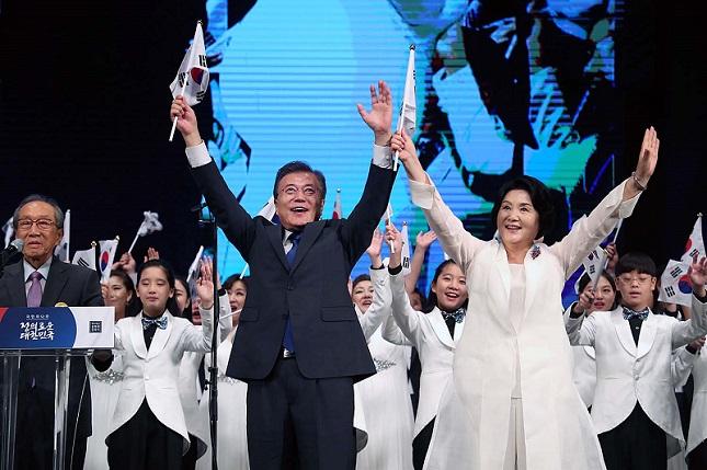 문재인 대통령이 2017년 8월 15일 서울 세종문화회관에서 열린 제72주년 광복절 경축식에서 만세를 하고 있다.ⓒ청와대