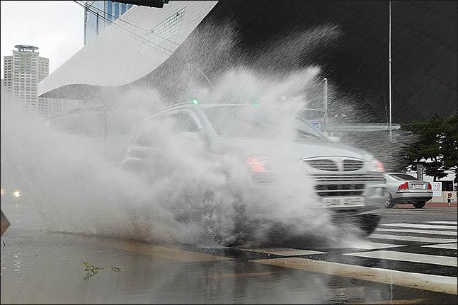 강원지방기상청은 15일 오전 9시를 기해 강원 강릉 평지에 내려진 호우주의보를 호우경보로 한 단계 올린다고 밝혔다.(자료사진)ⓒ데일리안
