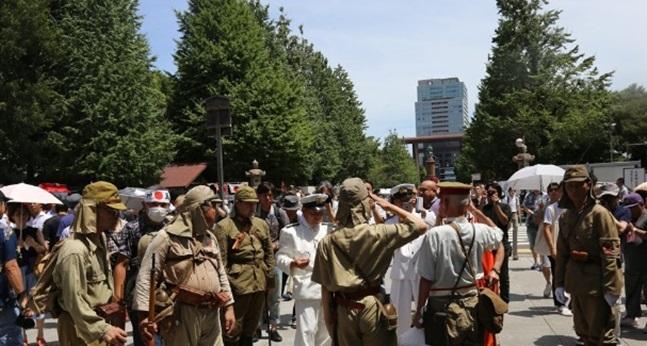 지난해 8월15일 일본 도쿄 지요다구의 야스쿠니 신사에서 제국주의시절 군복을 입은 사람들이 모여 있다. ⓒ연합뉴스