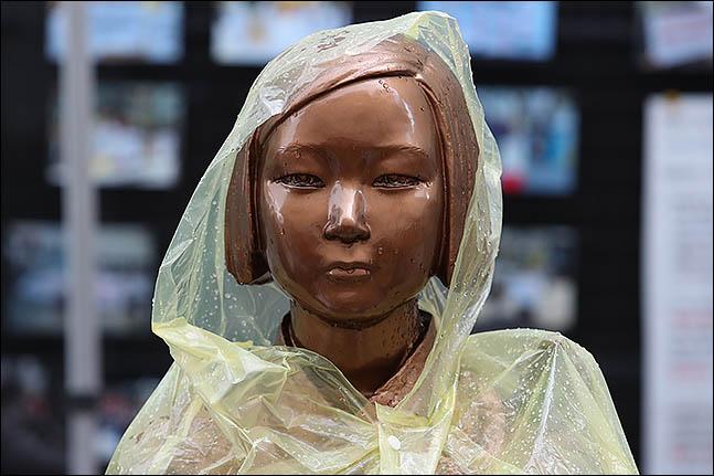 서울 종로구 옛 일본대사관 앞에 설치된 소녀상에 비옷이 입혀져 있다.(자료사진) ⓒ데일리안 류영주 기자
