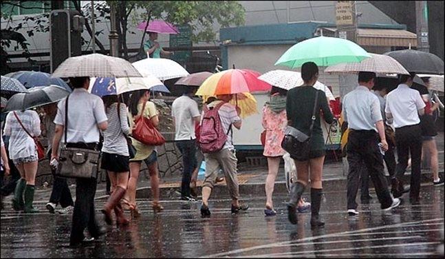 금요일인 16일은 전국이 대체로 흐린 가운데 중부지방과 전라도는 비가 오다가 오전에 그칠 전망이다. ⓒ데일리안