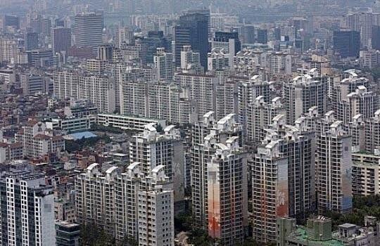 지난 12일 기준 서울의 매수우위지수는 82.7을 기록하며 전주(83.3)보다 0.06포인트 내려 분양가 상한제에 대한 소식이 알려진 8월부터 하락세를 이어가고 있다. 서울의 한 아파트단지 전경.ⓒ연합뉴스