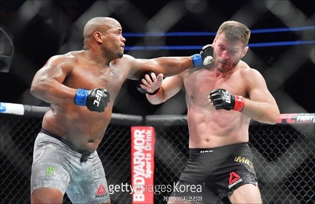 코미어가 미오치치와의 2차전마저 승리로 이끌어내고 은퇴하면, UFC 역대 최강자 대열에 당당히 이름을 올리게 된다. ⓒ 게티이미지