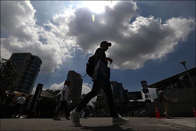 일요일인 18일은 고기압의 영향으로 전국이 대체로 맑을 것으로 전망된다.ⓒ데일리안 류영주 기자