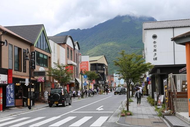 지난 13일 한국의 일본 여행 불매 운동으로 인해 한국인 관광객의 발길이 끊기며 한산해진 온천마을 유후인(湯布院) 거리의 모습.ⓒ연합뉴스
