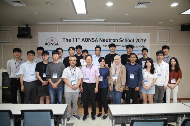 '제11회 아시아-오세아니아 중성자 산란 스쿨' 참석자들이 기념촬영을 하고 있다.ⓒ한국원자력연구원