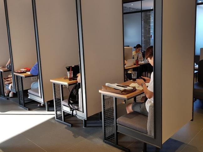 서울 영등포구의 프랜차이즈 커피전문점. 1인용 좌석을 이용하는 카공족들의 모습.ⓒ최승근기자