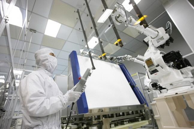경기도 파주 LG디스플레이 LCD 생산라인에서 한 직원이 생산된 제품을 살펴보고 있다.(자료사진)ⓒLG디스플레이