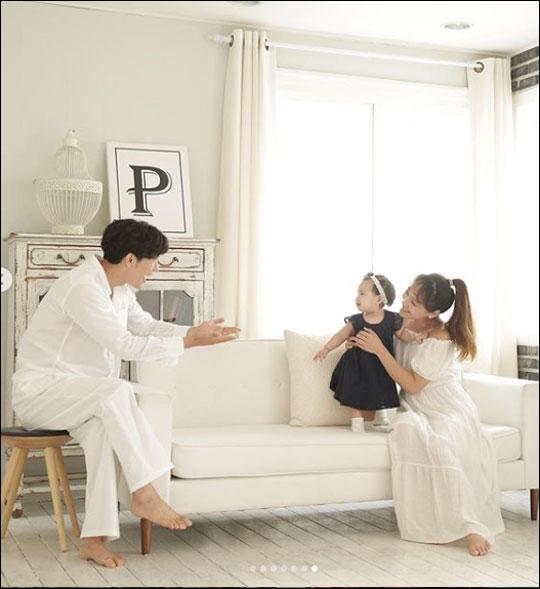 유진이 둘째 딸을 공개해 화제다. ⓒ 유진 SNS