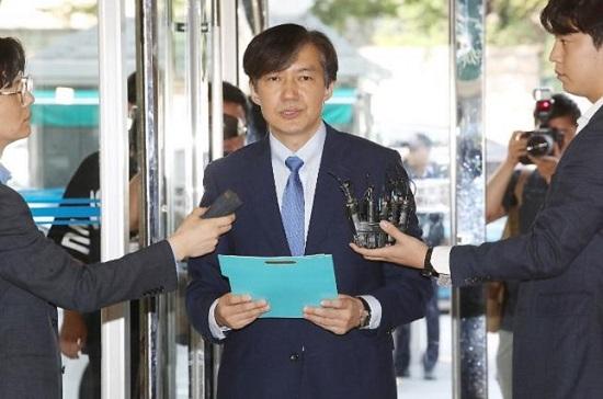 조국 법무부 장관 후보자가 20일 인사청문회 준비 사무실이 마련된 서울 종로구 한 건물로 들어서며 정책 비전을 발표하고 있다.ⓒ연합뉴스