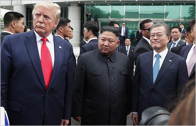 문재인 대통령, 김정은 북한 국무위원장, 도널드 트럼프 미국대통령이 지난 6월 판문점 공동경비구역 자유의 집 앞에서 회동하고 있다. ⓒ청와대